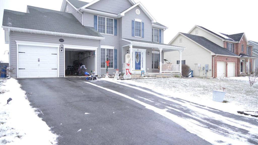 Snow Joe iON18SB plows a driveway